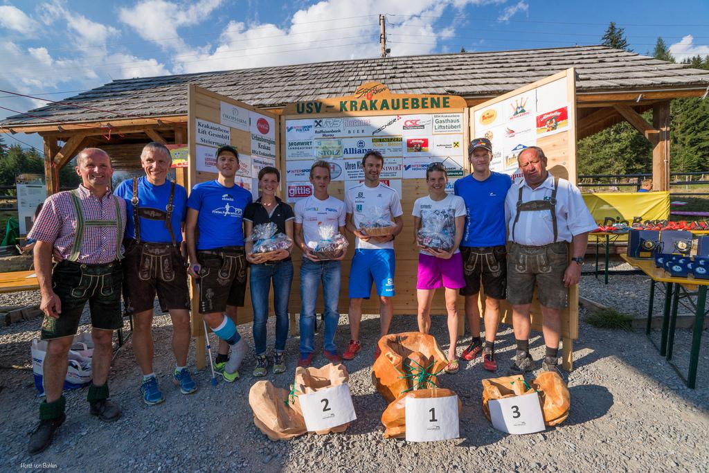 Otto, Christof, die beiden Sieger über die Kurzdistanz, Bernd und Running Zuschi, Stefan und der Bürgermeister von Krakauebene (v.l.r.)